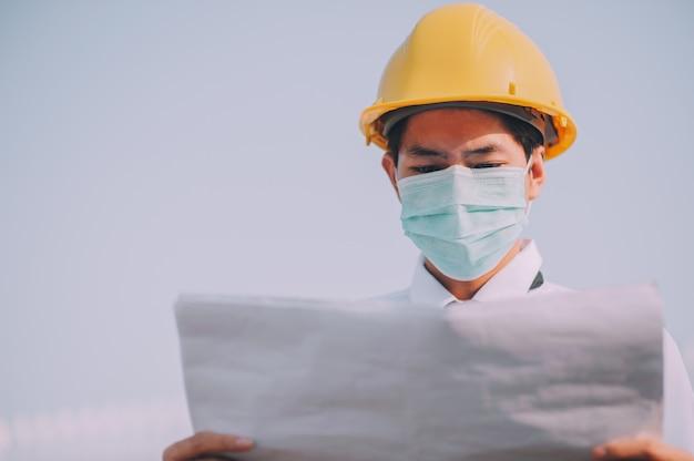 Modello di ispezione del supervisore dell'uomo del lavoratore che lavora alla costruzione della costruzione del sito