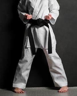 Modello di karate in uniforme vista frontale