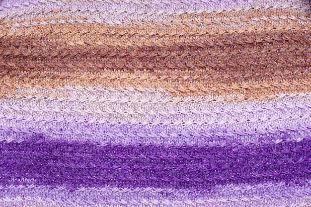 Modello di maglieria a maglia beige marrone rosa viola.