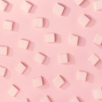 Modello di marshmallows bianco sul rosa