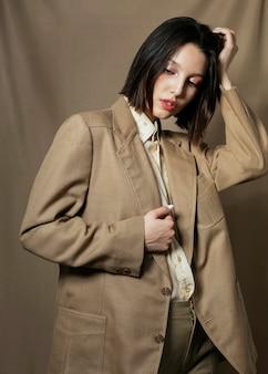 Modello di moda che posa nello studio