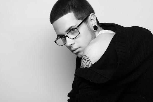 Modello di moda maschile con tatuaggio