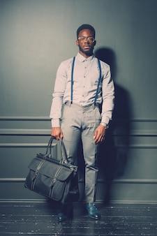 Modello di moda maschile nero
