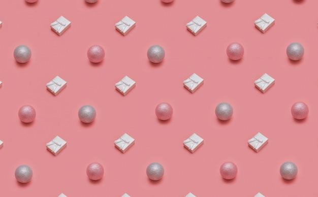Modello di natale alla moda realizzato con vari oggetti invernali e di capodanno su sfondo rosa