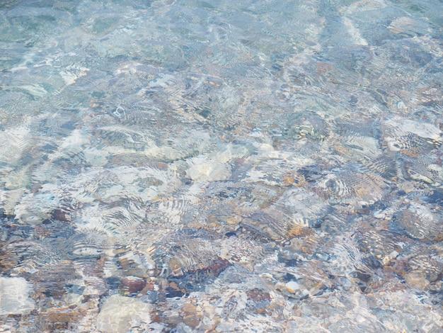 Modello di onda di mare sulla spiaggia di ciottoli