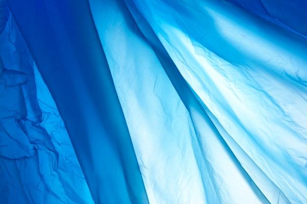 Modello di pellicola in polietilene blu di plastica. ornamento di plastica backgraund in blu.