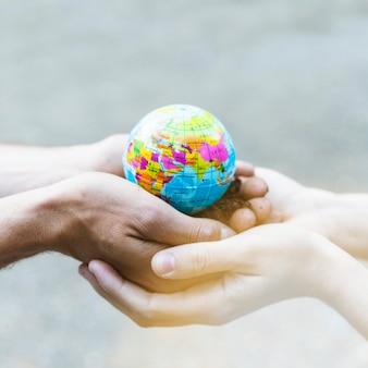 Modello di pianeta concetto nelle mani