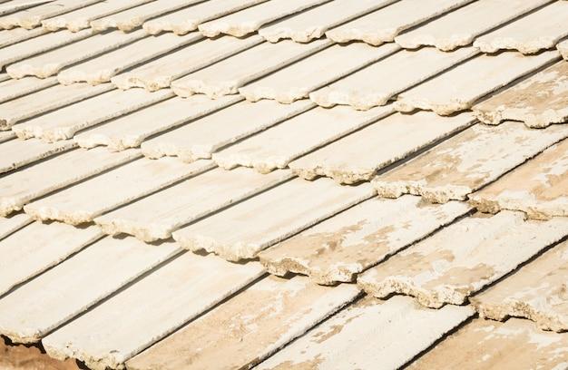 Modello di piastrelle sul vecchio tetto