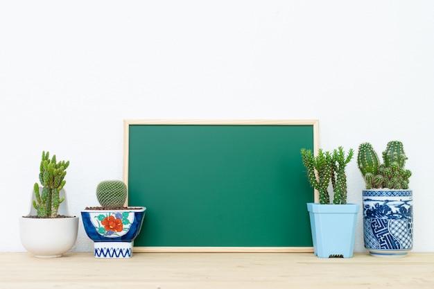 Modello di poster telaio e vaso di cactus, sfondo interno