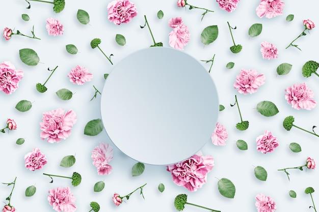 Modello di rose rosa e beige e foglie verdi su sfondo bianco