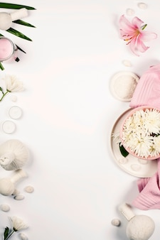 Modello di salute e bellezza con prodotti naturali spa su sfondo bianco con copyspace