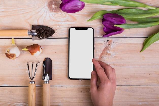 Modello di smartphone con il concetto di giardinaggio