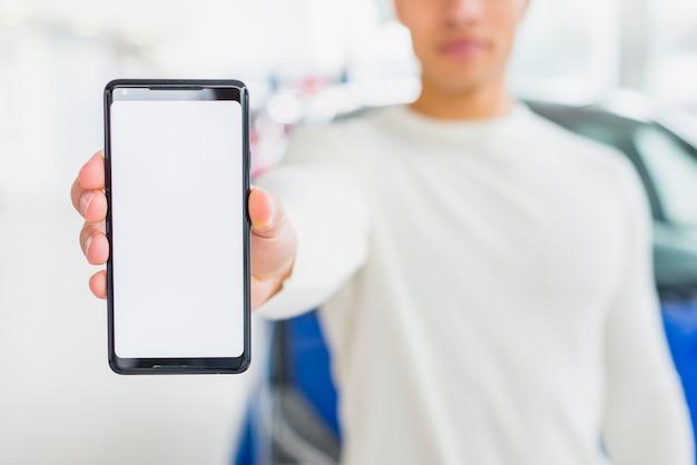 Modello di smartphone con il concetto di rivenditore di auto