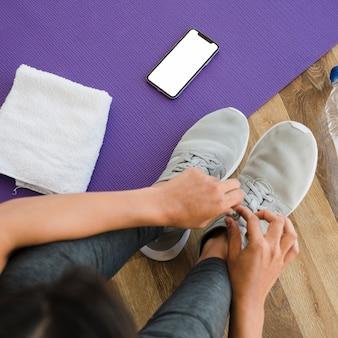 Modello di smartphone con il concetto di yoga