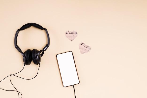 Modello di smartphone piatto laico con il concetto di musica