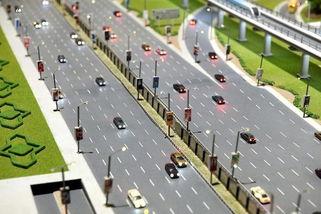 Modello di strada cittadina con autostrada a più corsie