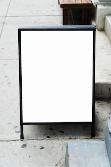 Modello di tabellone per le affissioni in piedi davanti al negozio