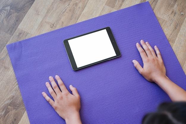 Modello di tablet con il concetto di yoga