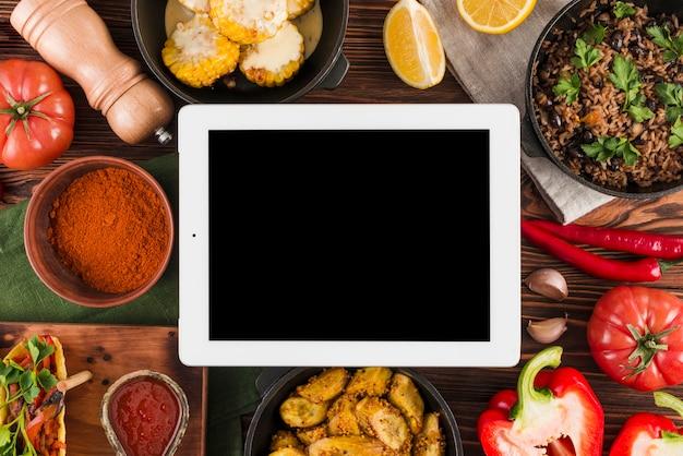 Modello di tablet piatto laici con cibo messicano