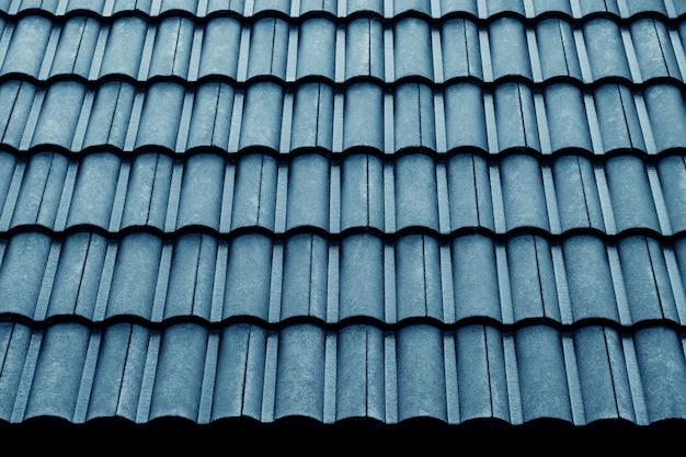 Modello di tetto di piastrelle blu bagnato. girato il giorno di pioggia. dettagli del concetto di architettura