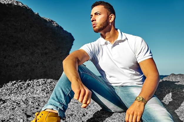 Modello di uomo bello in abiti estivi hipster