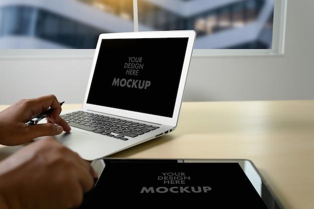 Modello di uomo d'affari utilizzando lo schermo del laptop