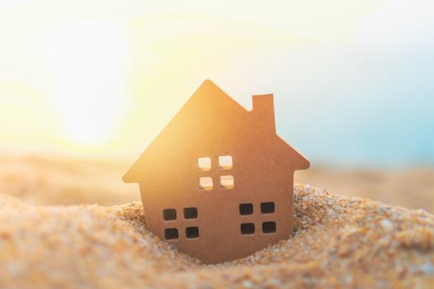 Modello domestico minuscolo alto chiuso su erba verde con luce solare