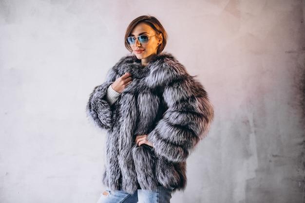 Modello donna che dimostra i panni invernali