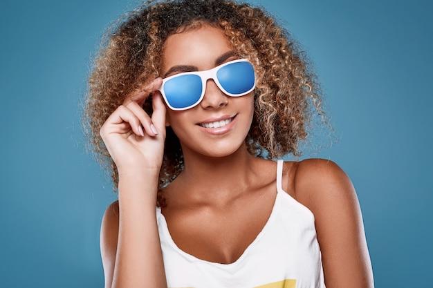 Modello donna glamour swag nero hipster con capelli ricci