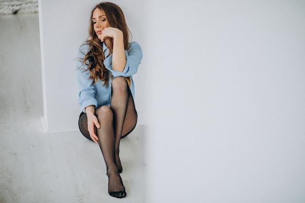 Modello donna sexy in collant neri a casa