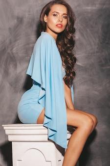 Modello elegante bella donna con labbra rosse in abito blu brillante hipster colorato luminoso di estate