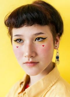 Modello femminile artistico che posa nello studio