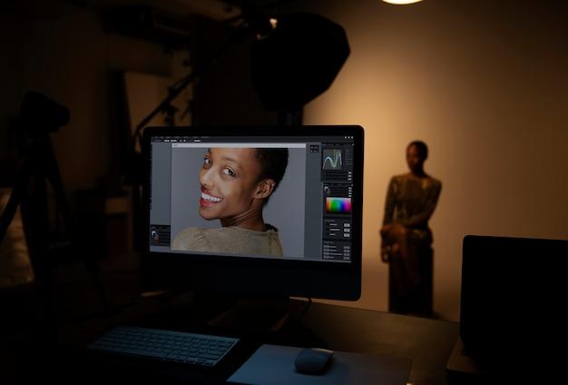 Modello femminile in posa per un servizio fotografico
