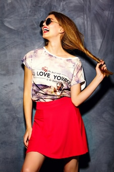 Modello glamour elegante bella giovane donna in abiti casual casual. ragazza graziosa che posa sullo studio