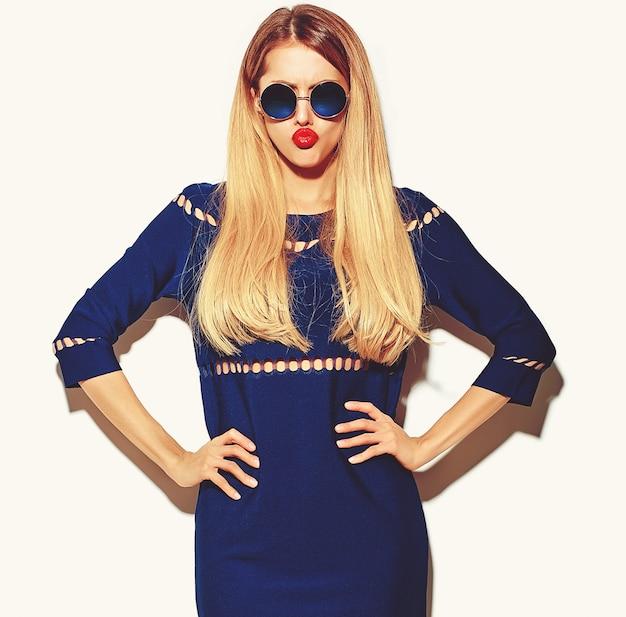 Modello glamour elegante giovane donna in abito blu brillante estate