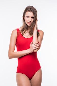 Modello grazioso ladyin rosso suite di nuoto isolato su sfondo bianco