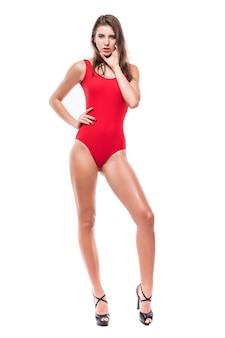 Modello grazioso ragazza in costume da bagno rosso tenere le braccia sotto il mento isolato su sfondo bianco