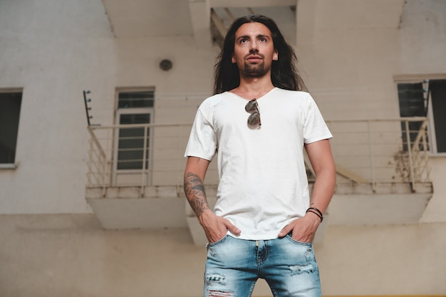 Modello hipster con capelli lunghi