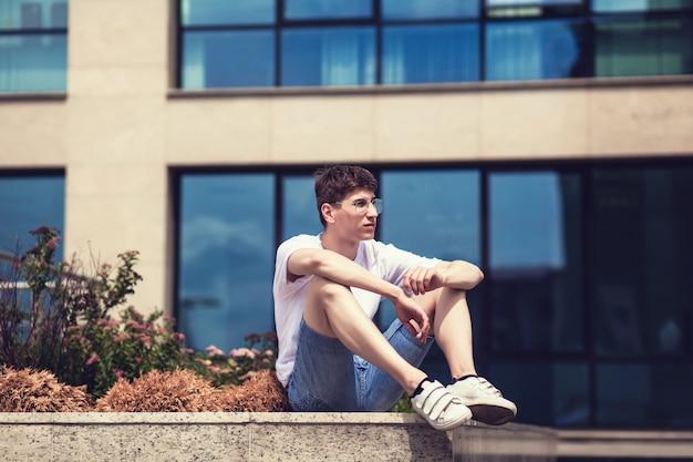 Modello hipster indossando t-shirt bianca vuota