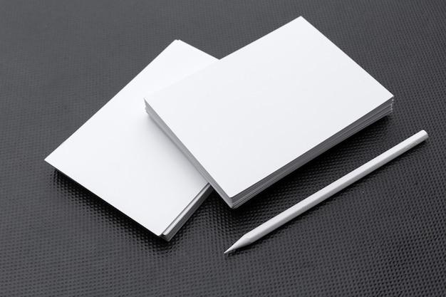 Modello in bianco della cancelleria sul nero.