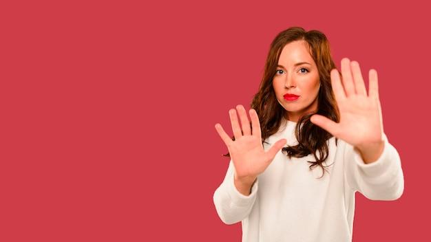 Modello invernale femminile che mostra le mani