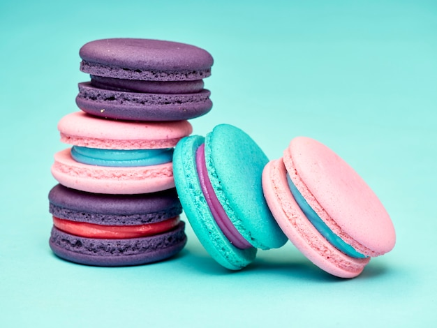 Modello macarons su sfondo blu pastello