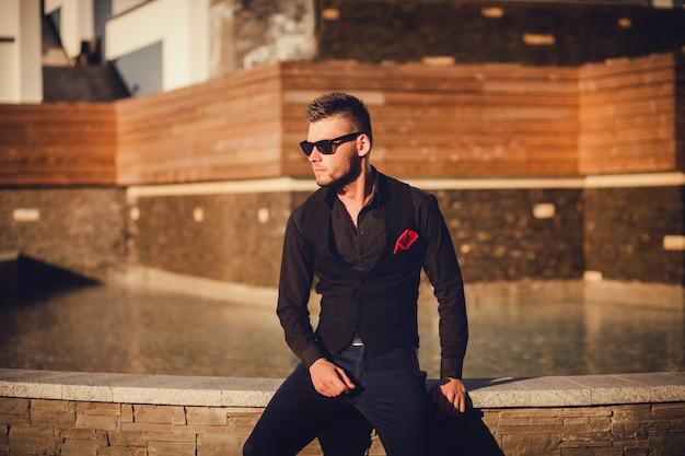Modello maschile di moda bello. copia spazio.