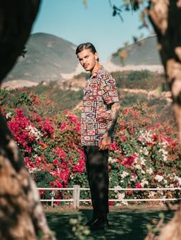 Modello maschile in giardino