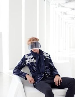 Modello maschile moderno con visore futuristico fantascientifico