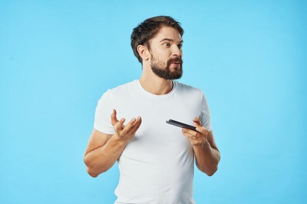 Modello maschio bello con la barba con una posa del telefono