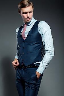 Modello maschio del giovane uomo d'affari bello elegante in vestito blu