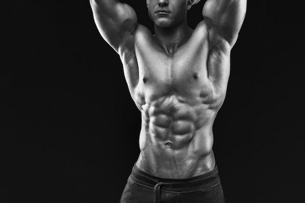 Modello maschio muscoloso e in forma di giovane culturista