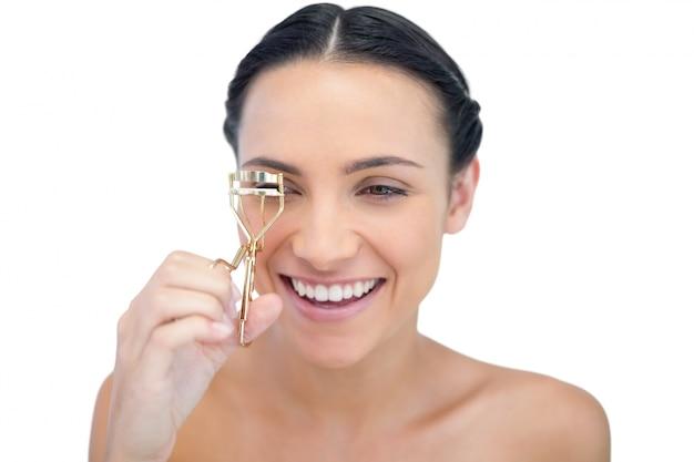 Modello naturale sorridente con piegaciglia
