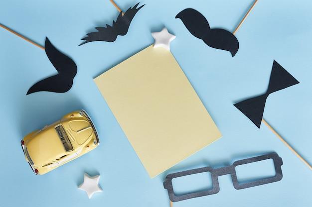 Modello per baffi di carta nera di auguri, occhiali e macchinina gialla